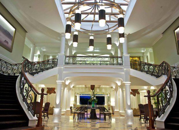 hemingways-hotel-mobby-main-view